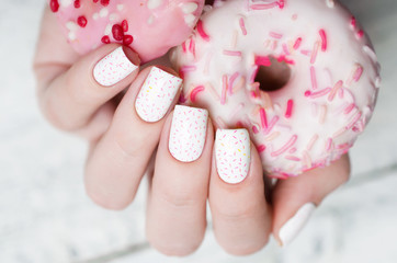 Photo sur Plexiglas Manicure white pattern manicure with a pink donut