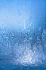 Eisblumenmuster am Fenster