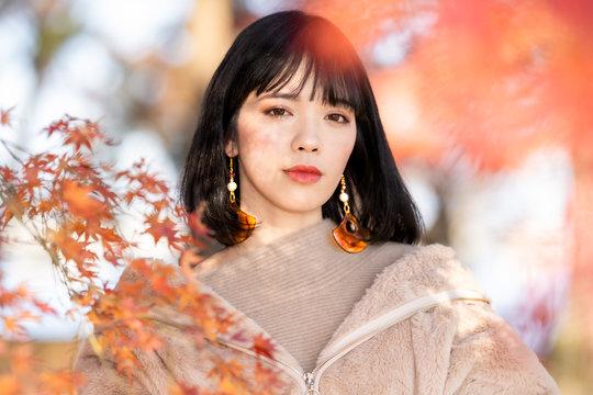 秋の女性のポートレート