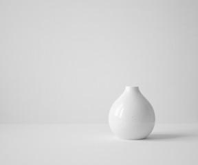 Obraz white vase on table - fototapety do salonu