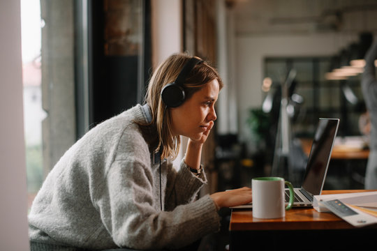 Businesswoman working in cafe. Beautiful woman with lap top in coffee shop.