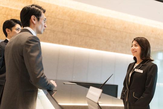 受付で対応をするビジネス女性