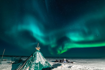 Photo sur Toile Aurore polaire Aurora borealis in night northern sky. Ionization of air particles in the upper atmosphere.