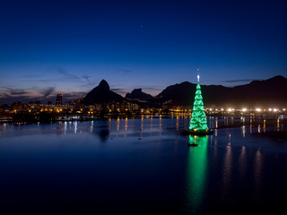 Türaufkleber Rio de Janeiro Lights of the floating Christmas tree in the middle of the city lake of Rio de Janeiro during sunset with green colour scheme