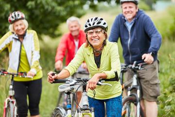 Gruppe Senioren beim Fahrrad fahren
