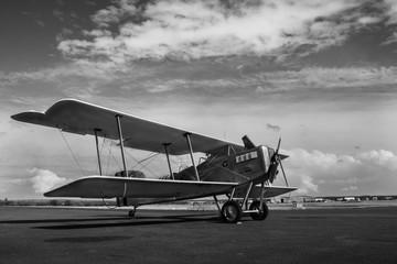 Avion biplan sur le tarmac, prêt à décoller