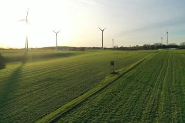 Windkraftanlage bei Sonnenuntergang, Windpark