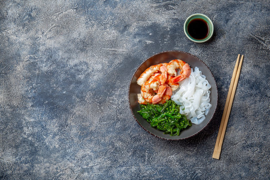 Shirataki noodles, shrimps and seaweed chuka bowl. Healthy low carbs, low calories lanch