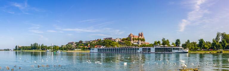 Blick auf das Münster und über den Rhein in Breisach, Deutschland  Fototapete