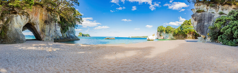 Poster Wit Panoramic picture of Cathedral Cove beach in summer without people during daytime