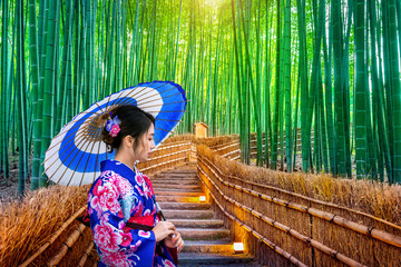 Poster de jardin Bambou Bamboo Forest. Asian woman wearing japanese traditional kimono at Bamboo Forest in Kyoto, Japan.