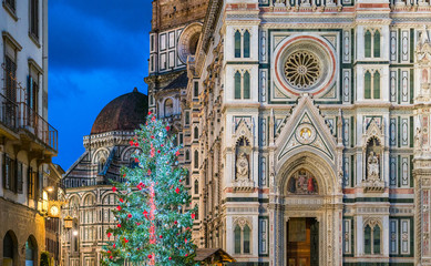 Spoed Fotobehang Florence Florence during Christmas time, with the Cathedral of Santa Maria del Fiore and the Christmas Tree. Tuscany, Italy.