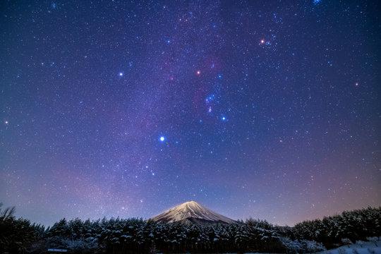 富士山と冬の星空