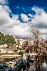 En lo alto de la montaña Monasterio de Santa Maria de El Parral, a los pies en río Eresma.