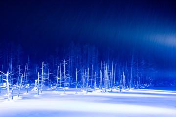 Photo sur Aluminium Bleu fonce ライトアップされた冬の湖 美瑛町