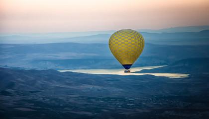Poster Ballon yellow hot air balloon