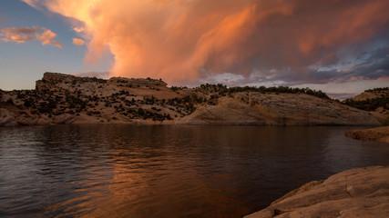 Colorful sunset reflecting in desert lake at Red Fleet Reservoir in Utah. Fotomurales