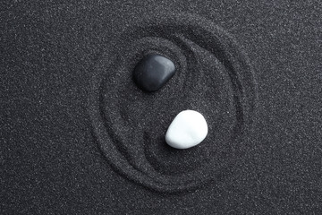 Stores à enrouleur Zen pierres a sable Yin Yang symbol made with stones on black sand, top view. Zen concept
