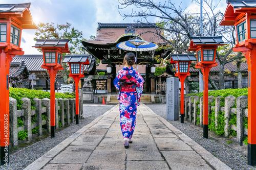 Wall mural Asian woman wearing japanese traditional kimono at Kyoto temple in Japan.