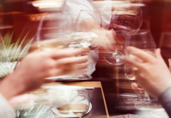Fototapeten Alkohol Clinking glasses