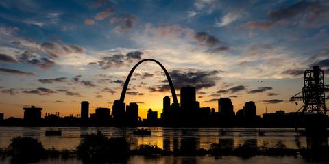 Fototapeta MAY 13 2019, ST LOUIS, MO., USA - St. Louis, Missouri skyline on Mississippi River - shot from East St. Louis, Illinois obraz