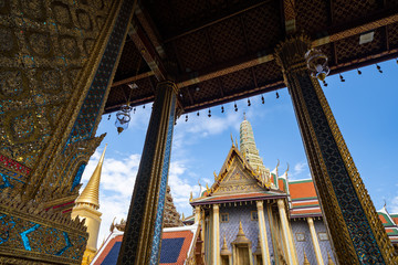 Photo Stands Old building Ornate rooftop and doorways of the ancient Grand Palace in Bangkok Thailand