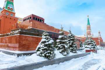 Fototapete - Moscow in snowy winter, Russia. Lenin`s Mausoleum by Moscow Kremlin on Red Square under snow. Mausoleum is a famous landmark of Moscow.