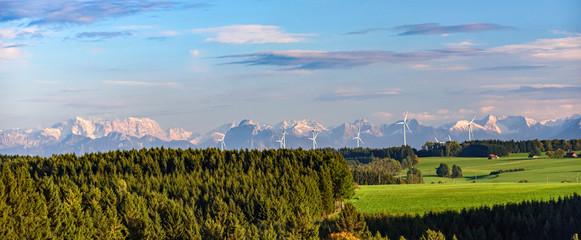Wall Mural - ländliche Szenerie mit dem Windpark Wildpoldsried am abendlichen Alpenrand