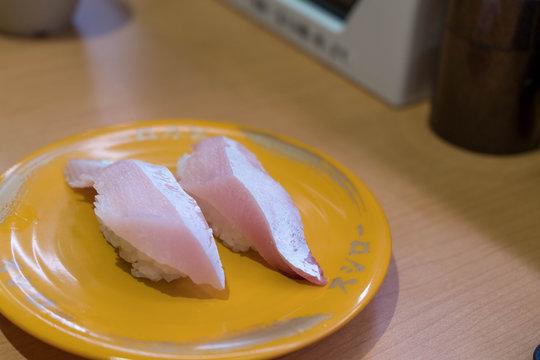日本の回転寿司の風景