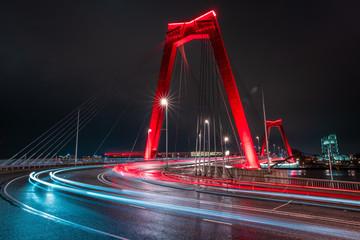 Photo sur Aluminium Rotterdam Light trails of traffic at the Willemsbrug in Rotterdam. Beautiful red bridge. Landmark of the skyline in Rotterdam, long exposure shot.