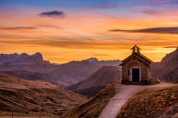Photo sur Plexiglas Marron chocolat Sunrise in Italian dolomites during autumn