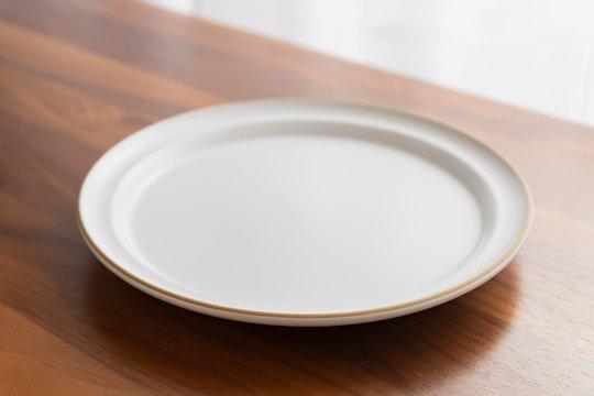 お皿と木のテーブル