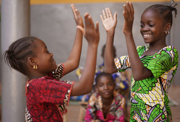 Obraz Two Little African Girls Performing A Hand Clapping Game - fototapety do salonu