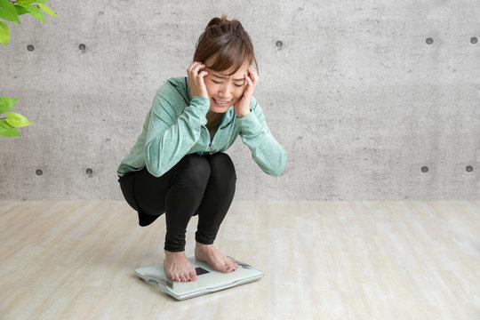 ダイエットに悩む女性
