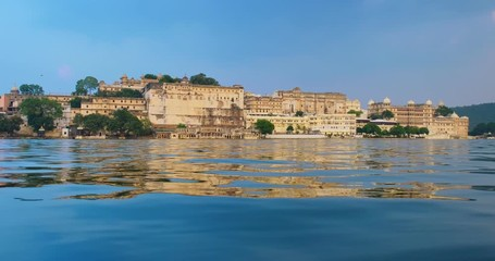 Fotomurales - Udaipur City Palace on lake Pichola - Rajput architecture of Mewar dynasty rulers of Rajasthan. Udaipur, India
