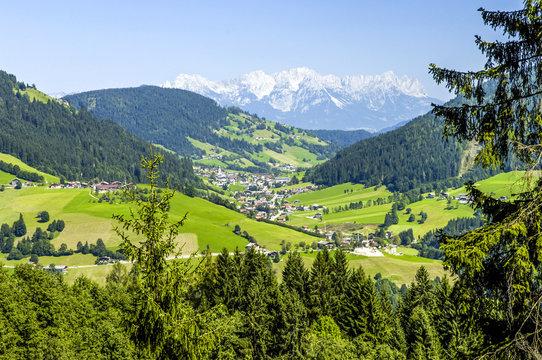 Dorf im Tal mit Alpenblick, Österreich, Tirol, Wildschönau