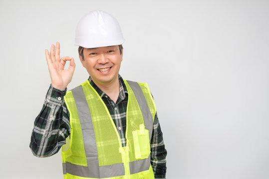 건설 헬멧을 쓰고 있는 남자 근로자