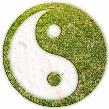 symbole yin yang, herbe et sable