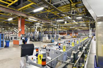 Interieur und Maschinen in einer Großdruckerei - moderne Maschinen und Technik in der Industriehalle // Interior and machinery in a large printing plant - modern machinery and technology in industry Fotomurales