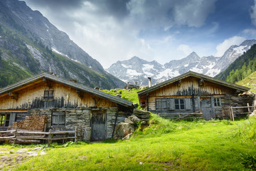Fototapete - Almhütten mit Gletscher im Hintergrund in Tirol