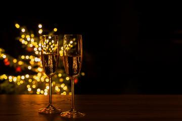 Photo sur Plexiglas Individuel Festlicher Hintergrund: sektgläser vor einem Weihnachtsbaum