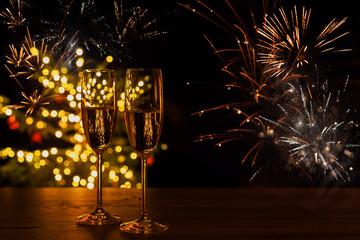 Türaufkleber Orte in Europa Hintergrund für Silvester und Neujahr mit Sektgläsern und Feuerwerk