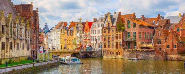Spoed Fotobehang Oude gebouw Ghent, Belgium old colorful traditional houses along the canal and boats, panoramic banner