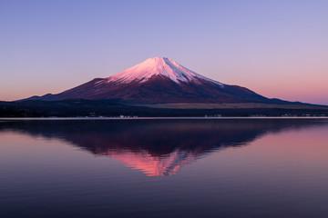 Deurstickers Aubergine 山中湖の湖面に映る紅富士