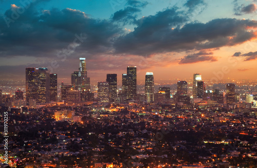 Fototapete Los Angeles at Dusk in front of a Dramatic Sunset Sky