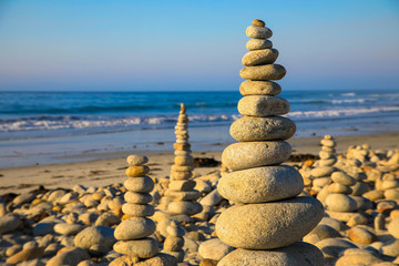 Photo sur Plexiglas Zen pierres a sable Stack of stones against seascape
