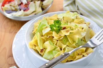 Deftige österreichische Küche: Vegetarische Krautfleckerln mit Nudeln und Kraut, dazu Salat mit Kernöl  - Vegetarian Austrian cuisine: Pasta with stewed white cabbage and a salad with pumpkin seed oil