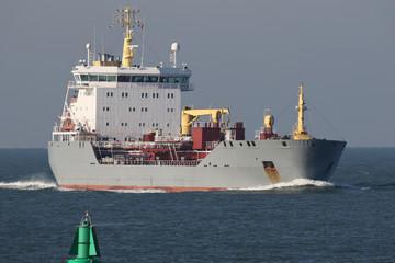 Grauer Chemikalientanker erreicht den Hafen