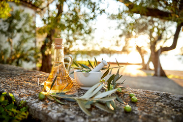 Ingelijste posters Olijfboom olive oil with fresh olives and leaves