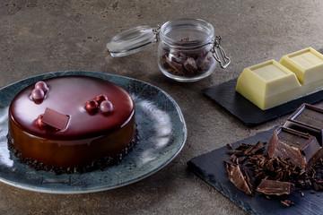 Torta ai 3 cioccolati con tavoletta e blocco di cioccolato bianco e fondente